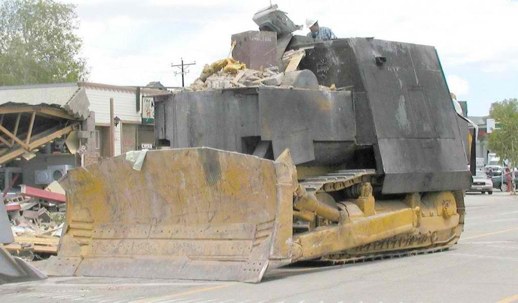 Homem furioso fabricou um tanque caseiro e tentou destruir a cidade inteira