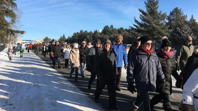 Des centaines de citoyens de Val-d'Or ont répondu à l'appel de Bob Chevrier, un résident de Preissac, pour manifester leur appui aux policiers de Val-d'Or, visés par des allégations de violence envers des femmes autochtones.