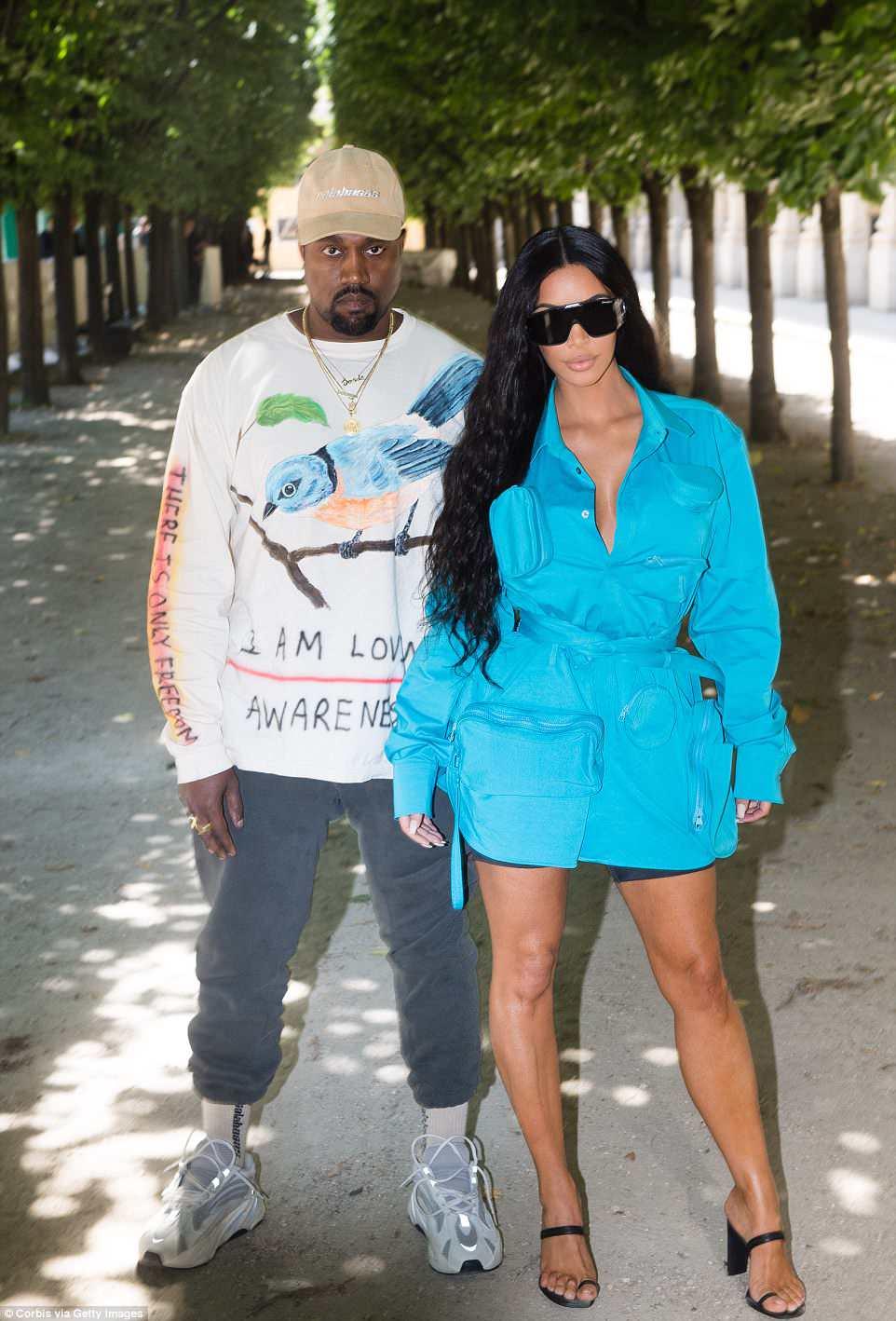 E posar: Eles estão na primeira fila e no centro dos maiores desfiles da temporada.  E Kim Kardashian e Kanye West fizeram uma tempestade em seu estilo de olhar para o desfile Louis Vuitton Menswear Spring / Summer 2019 em Paris na quinta-feira