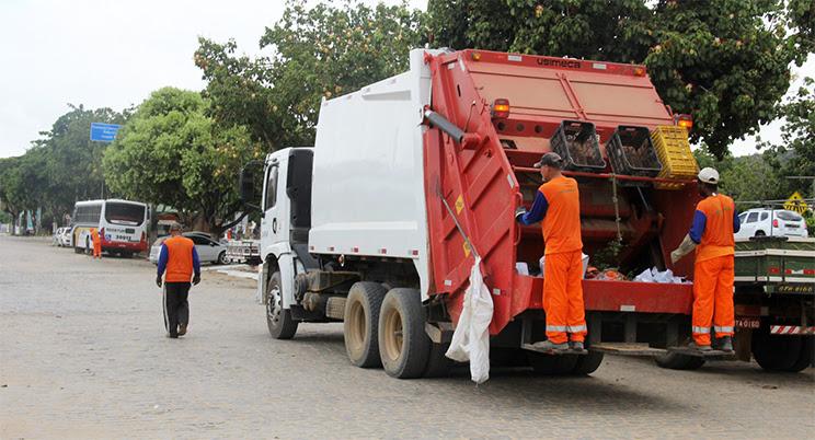Caminhões compactadores fazem coleta de lixo na cidade. (Foto: Alex Barbosa/Bahia Dia a Dia)