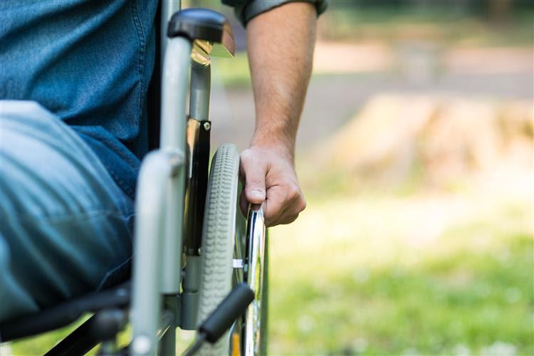 Um paraplégico volta a andar com o auxílio de um computador