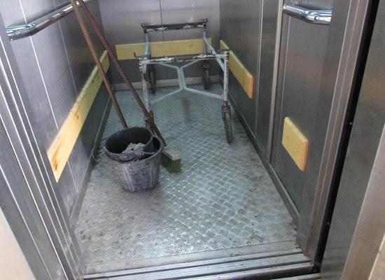 Funeraria La Nacional, en El Cerro. El ascensor donde trasladan los cadáveres sirve para guardar los medios de limpieza (foto del autor)