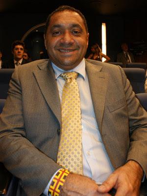 Tiririca com pulseira que afirma ter ganhado de um índio que o visitou no gabinete (Foto: Vianey Bentes / TV Globo)