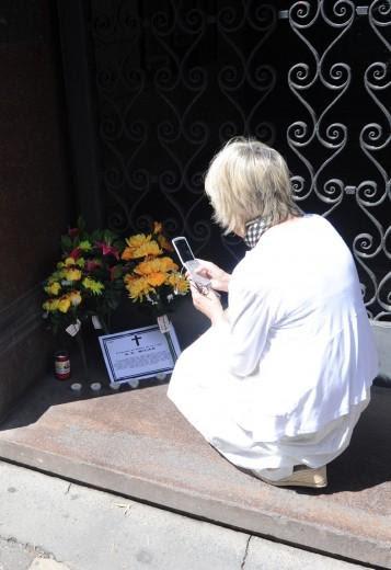 Il 'lutto' in via Turati merita anche una foto ricordo (da Twitter)