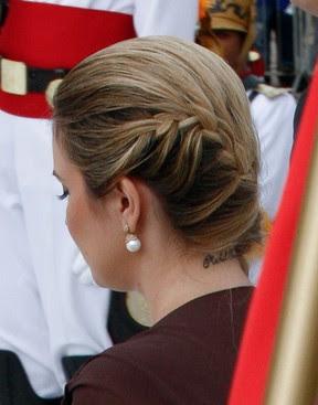 Marcela Temer exibe a tatuagem na nuca, com o nome de Michel Temer, na cerimônia de posse de Dilma Rousseff, em 2011 (Foto: Lula Marques/Folhapress)