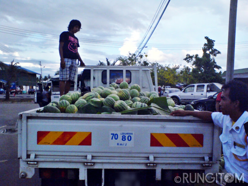 Lots of melons on the pickup truck Honeydew and the weekend life in Kota Marudu town