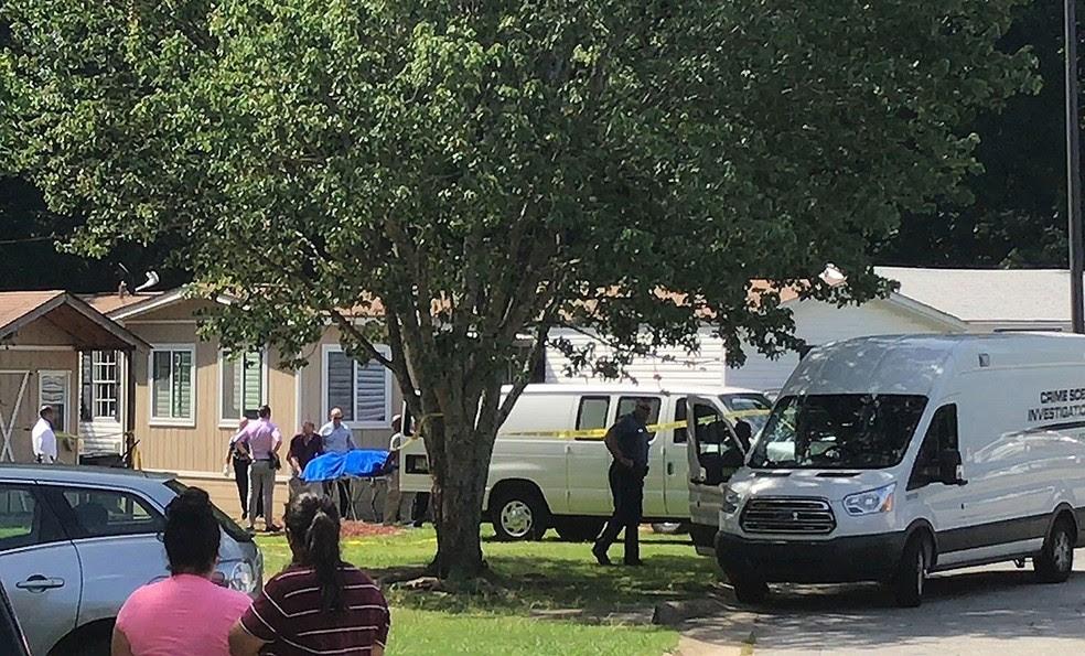 Imagem mostra à distância o local onde a polícia encontrou cinco corpos em Atlanta, nos Estados Unidos, nesta quinta-feira (6)  (Foto: Jonathan Landrum/ AP)