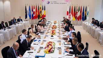 Vertreter der Staaten sitzen an einem langen Tisch (Foto: Reuters)