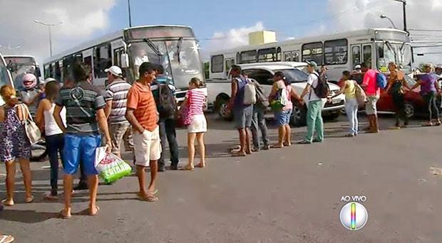 Cansados de esperar pelos ônibus, usuários do transporte público se revoltaram e fecharam avenida na Zona Norte de Natal (Foto: Reprodução/Inter TV Cabugi)