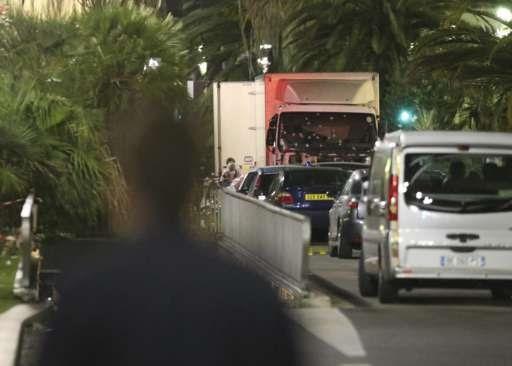 Το φορτηγό περικυκλωμένο από αστυνομικούς