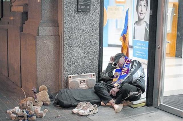 Resultat d'imatges de gent dormint a terra a barcelona