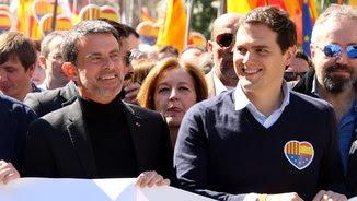 """L'exprimer ministre francès, Manuel Valls, a la capçalera de la manifestació """"Ara més que mai"""", seny', convocada a Barcelona per SCC"""