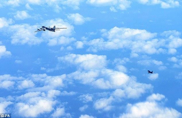 Seguido: Estas imagens mostram o momento da RAF da aeronave foram escoltados por Typhoons perto do espaço aéreo britânico