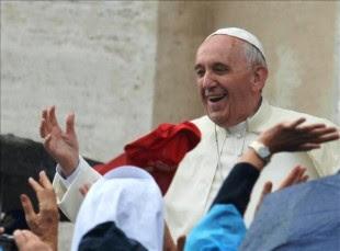 El papa Francisco saluda a los miles de peregrinos que aguardan con paraguas bajo la lluvia para asistir a la audiencia general de todos los miércoles en la Plaza de San Pedro del Vaticano, en El Vaticano, el 9 de octubre de 2013. EFE