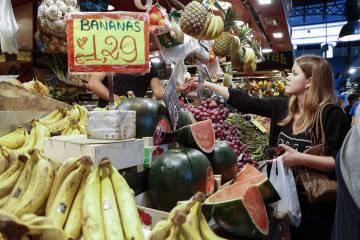 Una mujer compra fruta en el mercado de la Boquería (Barcelona).