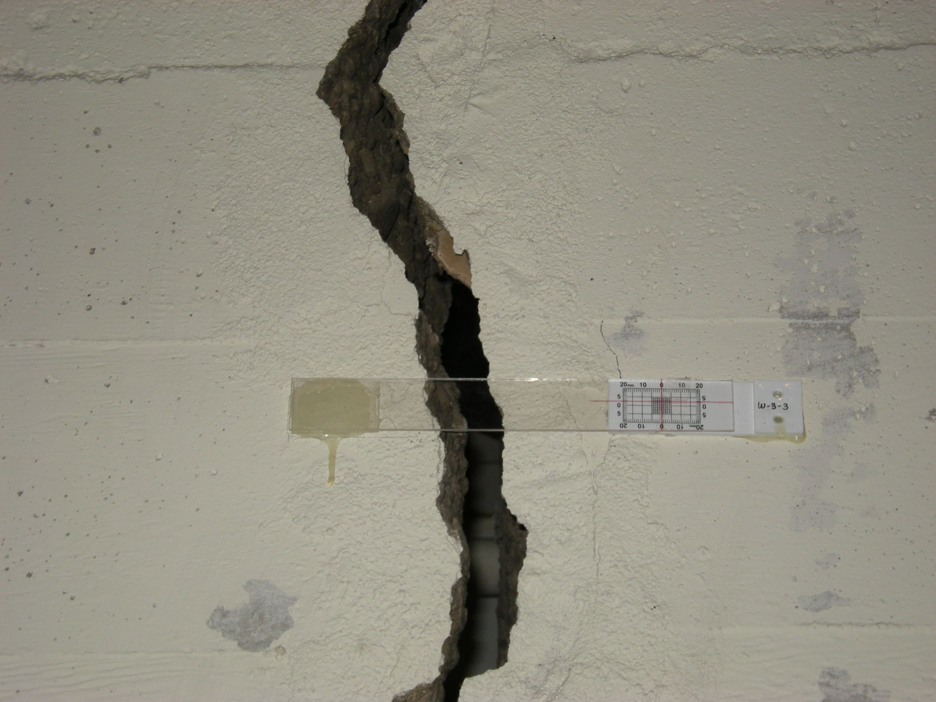 Seattle_ _619_Western_ _crack_in_wall