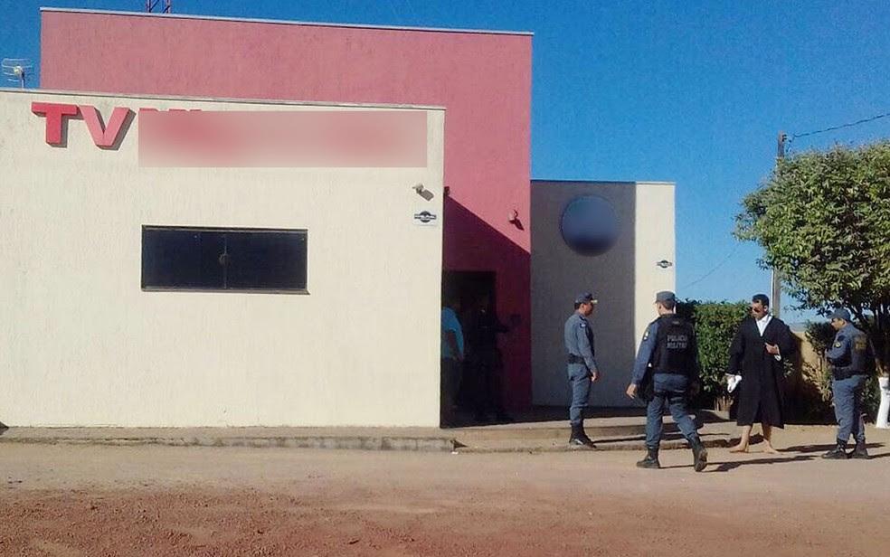 Promotor estava usando toga em frente a emissora de TV (Foto: Reprodução)