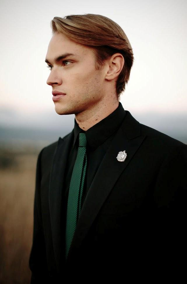der Bräutigam Kleidung ist inspiriert von Slytherin, fertig in schwarz und grün und mit einer passenden Ansteckblume