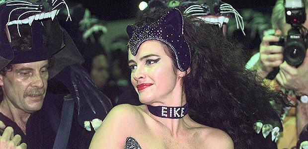Carnaval 1998: a modelo e atriz Luma de Oliveira desfila pela escola Tradição usando uma coleira com o nome de seu marido, Eike Batista. [FSP-Primeira-24.02.98]*** NÃO UTILIZAR SEM ANTES CHECAR CRÉDITO E LEGENDA***