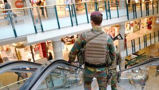 Soldats vigilant el centre comercial amenaçat aquest matí (Reuters)
