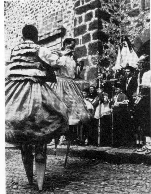 Los danzantes de Anguiano (Rioja) en un fotograma del film «Lejos de los árboles» (1972)