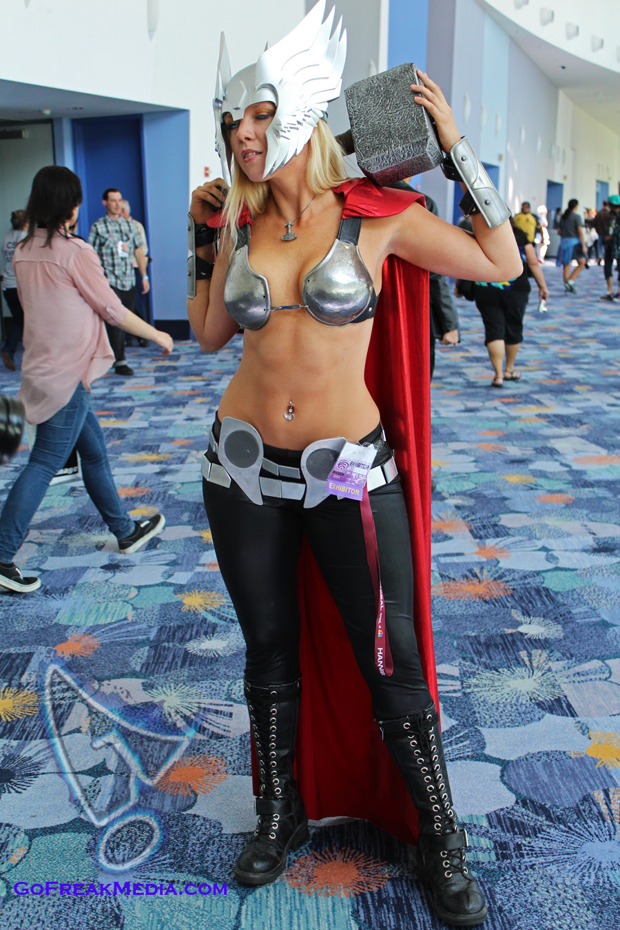 http://img3.wikia.nocookie.net/__cb20130701004217/cosplay/images/5/5b/Female_thor_cosplay_wondercon_2013.jpg