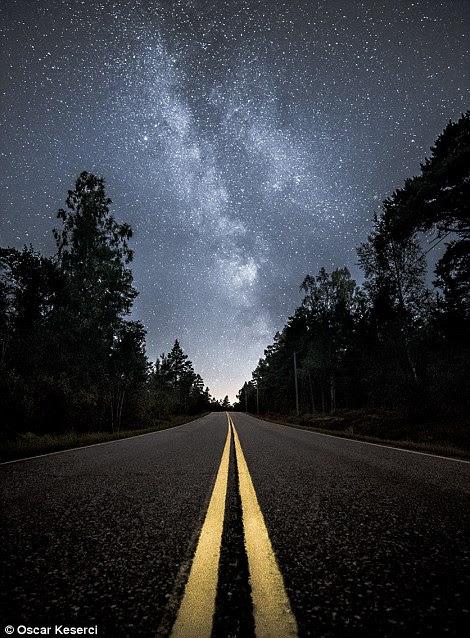 A imagem à esquerda é chamada Estrada para o Universo e foi filmado na cidade natal do fotógrafo de Kirkkonummi, Finlândia