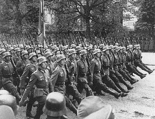 Troupes allemandes défilant dans les rues de Varsovie après la reddition de la Pologne. Varsovie, Pologne, du 28 au 30 septembre 1939.