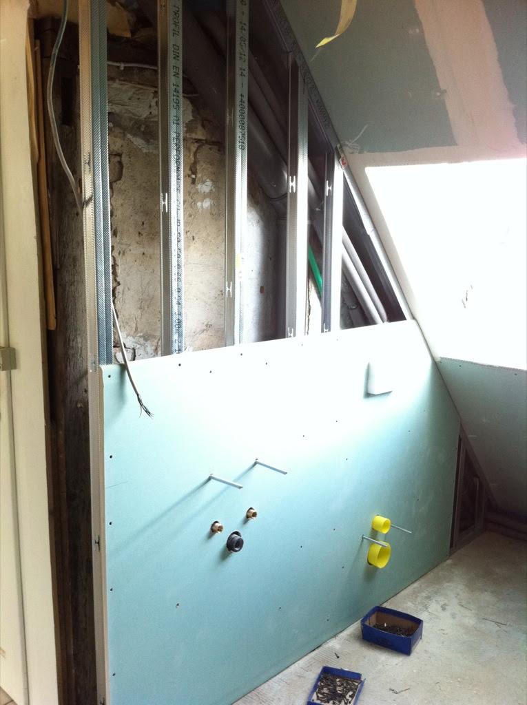 Erste Platte an der neuen Wand im Bad hängt!