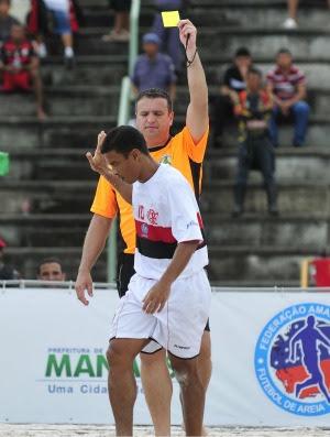 Sampaio Correia x Flamengo Copa Brasil de futebol de areia Benjamin leva cartão amarelo (Foto: Antônio Lima/Divulgação)
