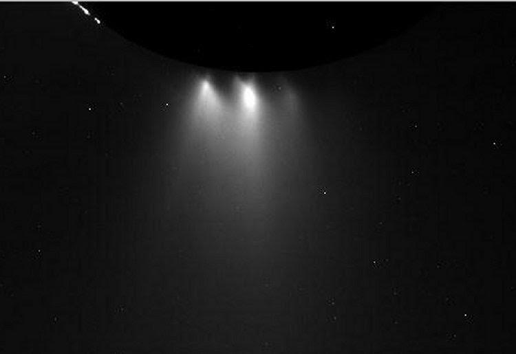 Este ponto de vista não transformados da lua de Saturno Enceladus foi adquirida pela sonda Cassini da NASA durante um voo rasante da lua gelada em 28 de outubro de 2015. Créditos: / Instituto de Ciência Espacial da NASA / JPL-Caltech