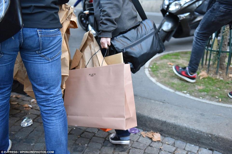 A polícia francesa foram vistos saindo da casa com sacos de evidência depois do ataque assustador na segunda-feira