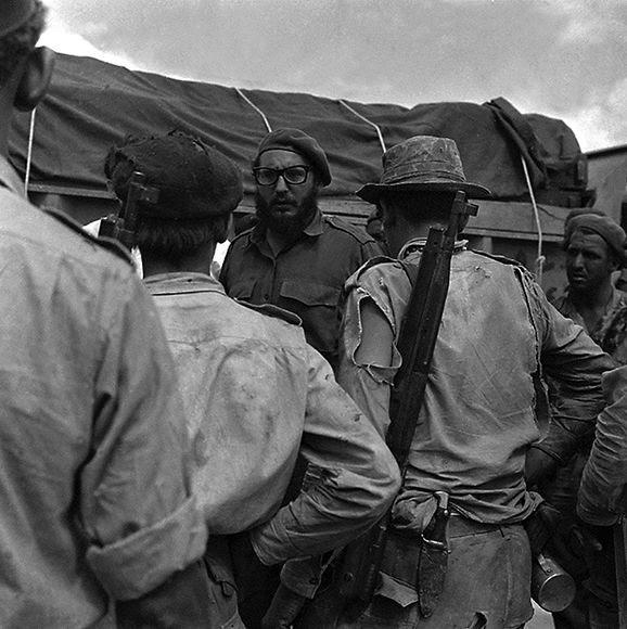 El líder dialoga con los milicianos durante la invasión a Playa Girón, 17 de abril de 1961. Autor: Joaquín Viñas. Foto: Joaquín Viñas/ Fidel Soldados de las Ideas.