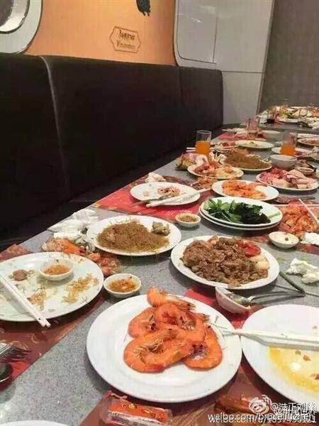 du khách Trung Quốc, thói xấu, tham ăn, xúc tôm bằng đĩa,