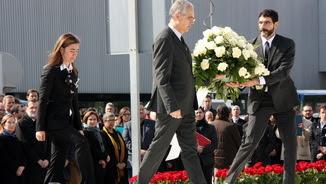 La presidenta de l'Associació d'Afectats, Silvia Chaves, fa l'ofrena floral d'homenatge a les víctimes (ACN)
