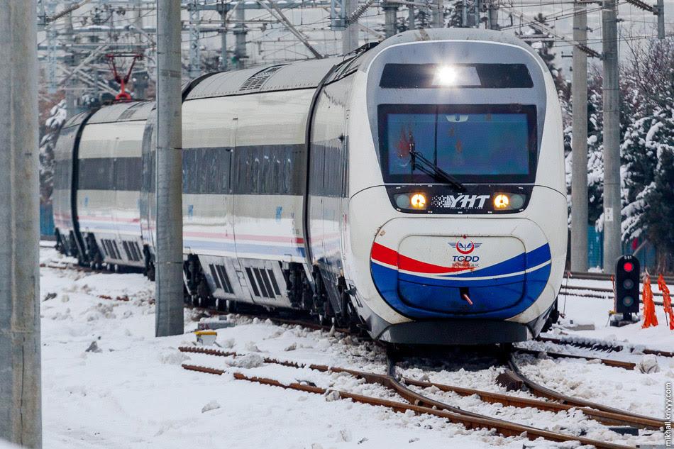 Поезд TCDD HT65012 прибывает на вокзал Анкары