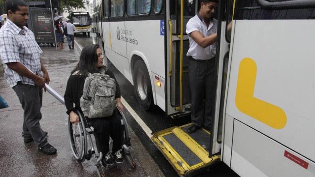 Viviane Macedo tenta embarcar num ônibus