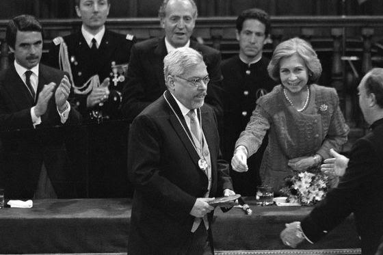 Guillermo Cabrera Infante recibe el premio Cervantes en abril de 1998.