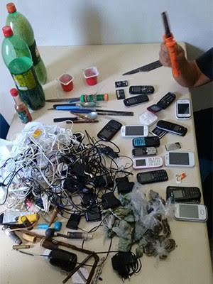 Celulares e drogas foram apreendidos durante revista na Cadeia Pública de Natal (Foto: GOE)