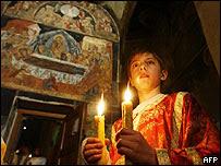 Un niño serbio durante los servicios religiosos de Semana Santa