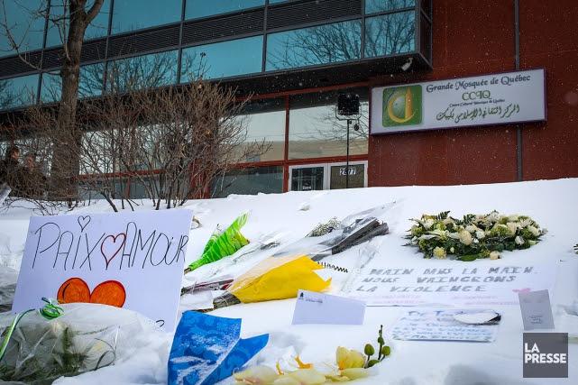 Des messages et des fleurs avaient été laissés... (PHOTO OLIVIER JEAN, LA PRESSE)