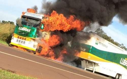 Caminhão da Fórmula Truck pega fogo