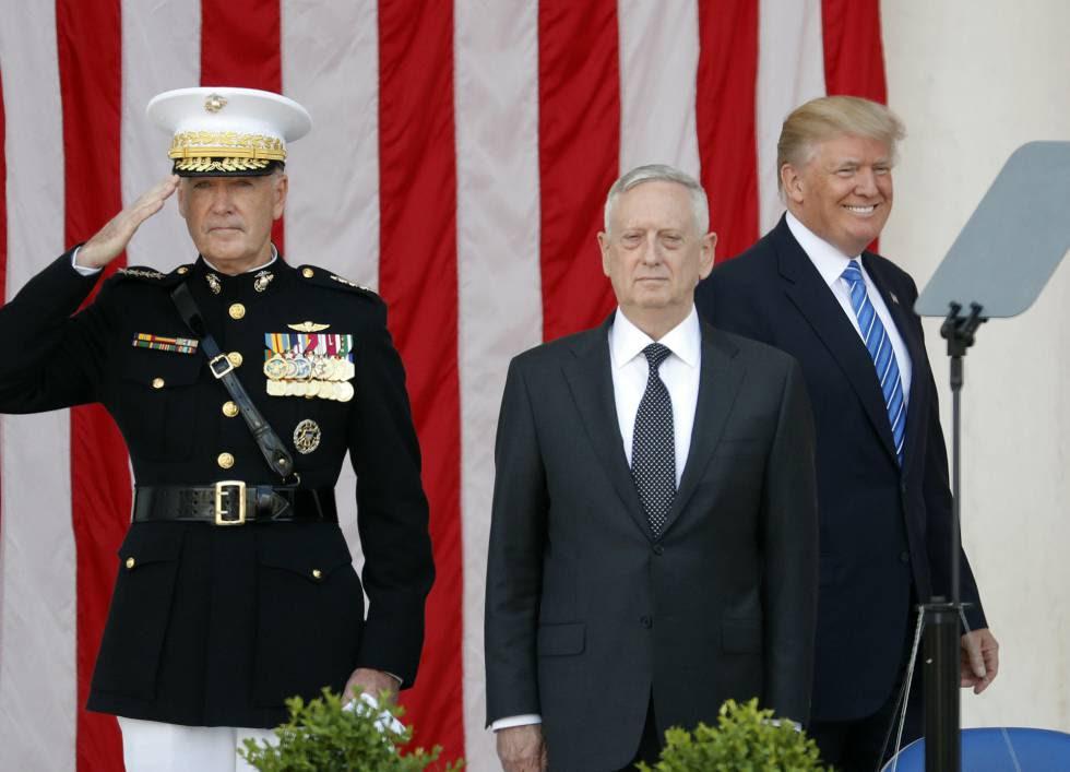 Trump sonrie mientras el jefe del Estado Mayor de EEUU y el secretario de Defensa, Jim Mattis, se cuadran en el homenaje a los caídos en Arlington.