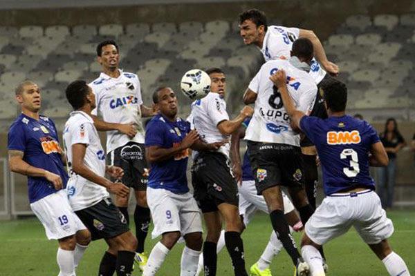 O gol do jogo foi anotado pelo zagueiro Léo, desviando cobrança de escanteio pela esquerda