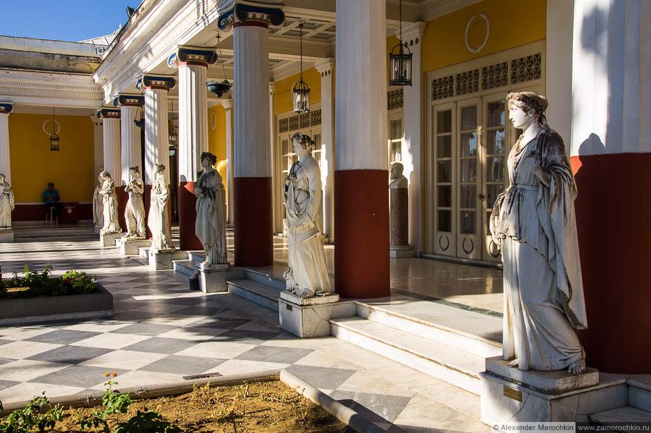 Статуи и колонны. Внутренний двор вдорца Ахиллеон