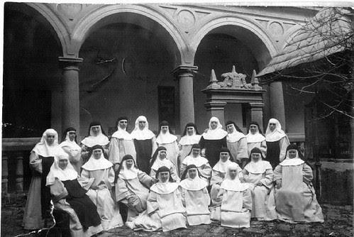 Convento de Santo Domingo el Real de Toledo.  Patio de la Mona con las dominicas en 1918 antes de ser vendido en 1934 a las Comendadoras de Santiago