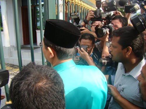 "Takkanlah Sultan Perak yang merupakan bekas ""Ketua Hakim Negara"" tidak dapat berfikir sehingga ke situ, walhal rakyat biasa sendiripun tahu apa yang berlaku di belakang tabir sebenarnya. Apakah Sultan Perak juga menerima ""habuan"" agaknya"
