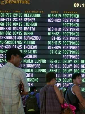 Painel do aeroporto de Bali, fechado pela erupção do Monte Raung (Foto: Firdia Lisnawati / AP Photo)
