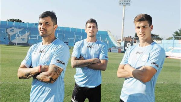 Pilares celestes. Aguirre, Crivelli y Dinenno posan para Clarín en el estadio de Temperley. (LUCIA MERLE)