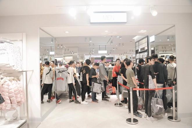 Tới trưa lượng khách vẫn đổ về H&M, quầy thanh toán xếp hàng dài - Ảnh 18.